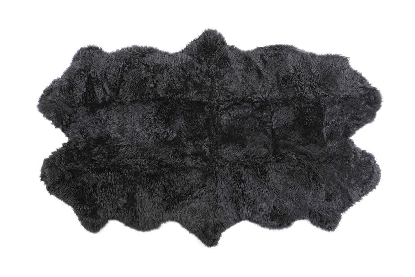 Ett långhårigt fårskinn med ursprung ifrån Australien. Infärgat i flera olika härliga nyanser. De större storlekarna är ihopsydda utav flera fårskinn. Baksida i naturligt ofärgat läder.