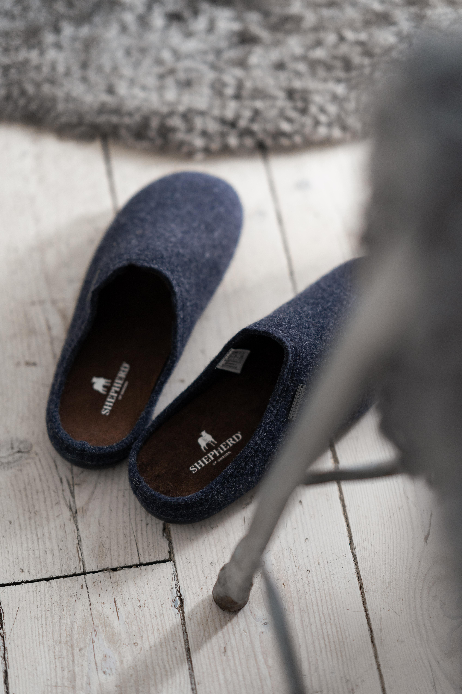 Ett par varma och sköna tofflor i ull. Tofflorna är i klassisk slip-in modell med mjuk innersula i mocka.