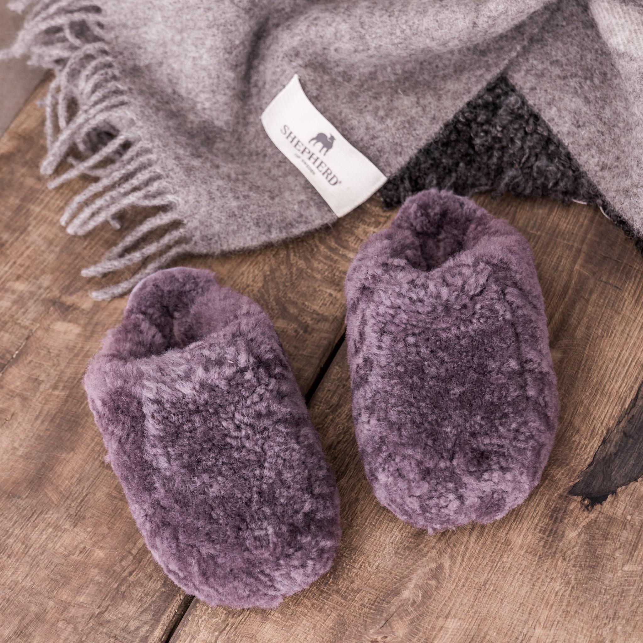 Ett par mjuka och varma fårskinnstofflor. Tofflorna är i slip-in modell gjorda i mjuk fårull både på ovandel och insida. Kantband i textil runt sulan. Yttersula i EVA.